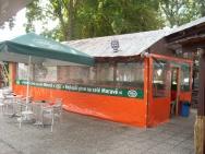 zastřešení zahradní restaurace s reklamou pivovaru Starobrno