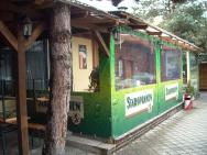zaplachtování terasy s reklamou pivovaru Staropramen