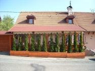 zaplachtování venkovního posezení restaurace