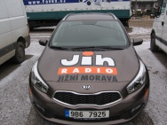 polep osobních automobilů řezanou reklamou - radio Jih