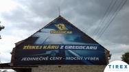 banner na štítu domu