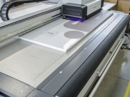 UV tisk na vlastní deskové materiály