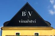 výroba a montáž reklamního banneru na štítu vinařství
